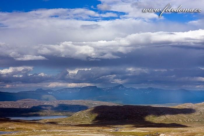 Jezírko na potoce Sørelva. Národní park Saltfjellet-Svartisen, kraj Nordland, Norsko