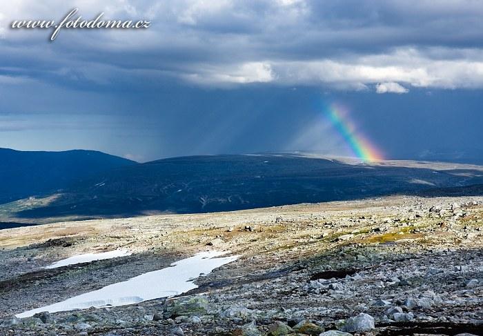 Údolí potoka Sørelva a duha. Národní park Saltfjellet-Svartisen, kraj Nordland, Norsko