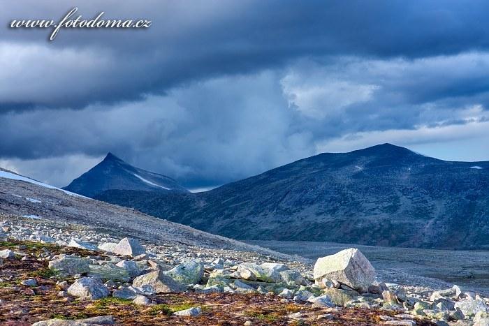 Hora Ørfjellet a hřeben Addjektind. Národní park Saltfjellet-Svartisen, kraj Nordland, Norsko