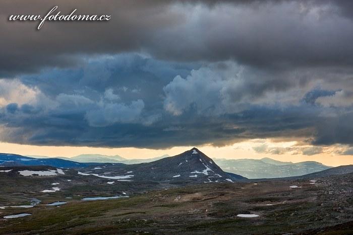 Údolí potoka Namnlauselva a vrch Ruovddevårre. Národní park Saltfjellet-Svartisen, kraj Nordland, Norsko