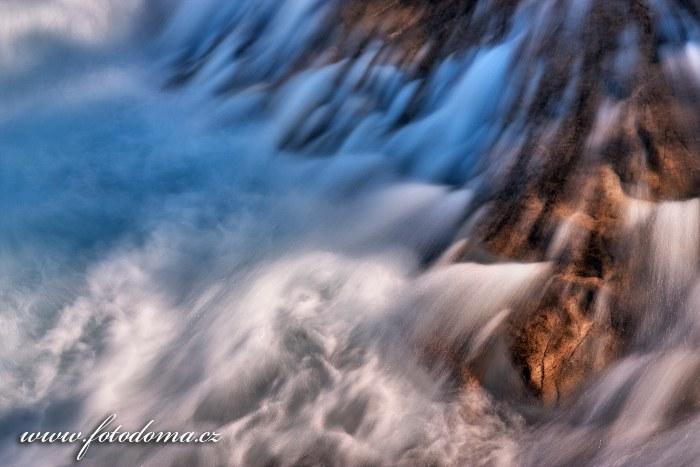 Peřeje řeky Lønselva, kraj Nordland, Norsko