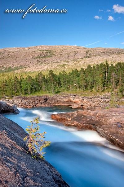 Kamenné koryto řeky Lønselva, kraj Nordland, Norsko