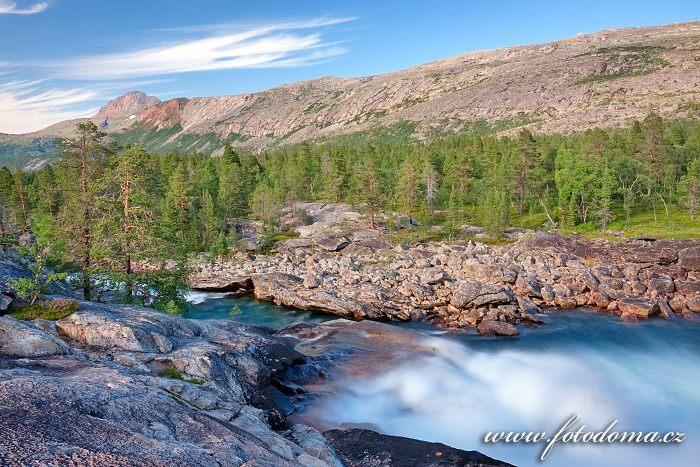 Divoký proud řeky Lønselva a štít hory Solvågtind v pozadí, kraj Nordland, Norsko
