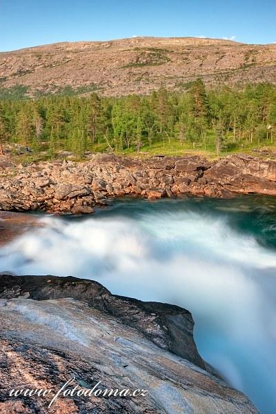 Divoký proud řeky Lønselva, kraj Nordland, Norsko