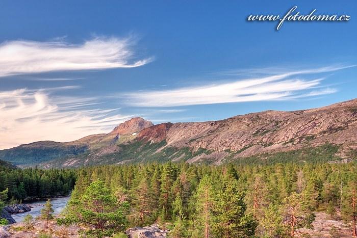 Údolí Lønsdalen a štít hory Solvågtind, kraj Nordland, Norsko