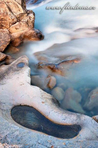 Kamenné formace v řece Lønselva, Norsko