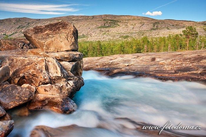 Zpěněná voda uhánějící korytem řeky Lønselva, Norsko