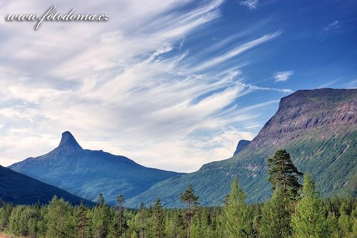 Štít hory Solvågtind z pohledu z údolí Junkerdalen, národní park Junkerdal, Norsko
