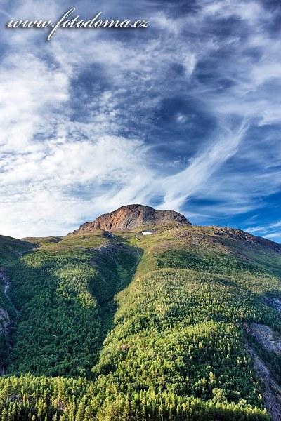 Štít hory Solvågtind, národní park Junkerdal, kraj Nordland, Norsko