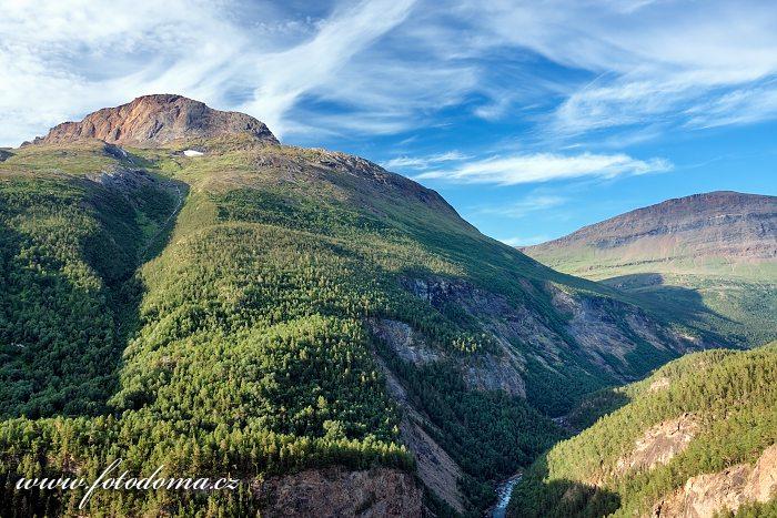 Štít hory Solvågtind a údolí Junkerdalen, národní park Junkerdal, kraj Nordland, Norsko