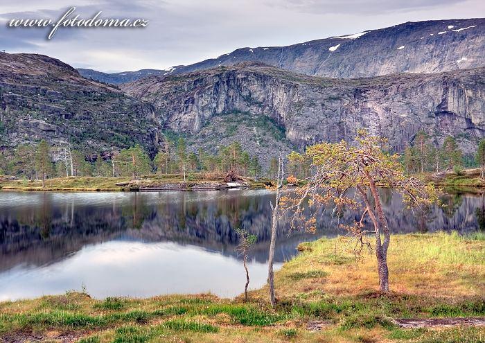 Jezírko v údolí Storskogdalen, národní park Rago, kraj Nordland, Norsko