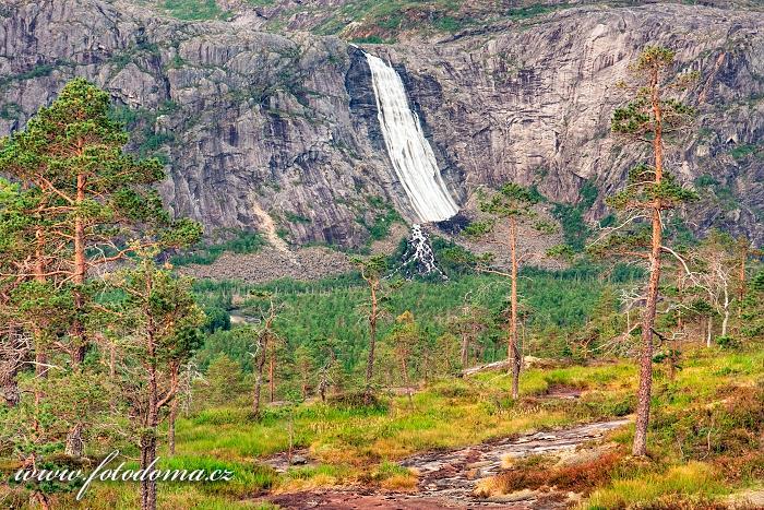 Vodopád Litlverivassforsen v údolí Storskogdalen, národní park Rago, kraj Nordland, Norsko