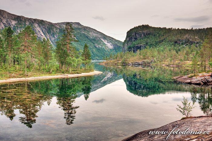 Jezero Storskogvatnet, národní park Rago, kraj Nordland, Norsko