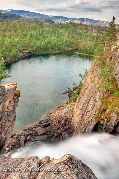 Vodopád vytékající z jezera Storskogvatnet, národní park Rago, kraj Nordland, Norsko