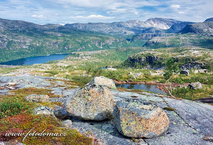 Krajina posetá bludnými balvany a jezero Storskogvatnet, národní park Rago, kraj Nordland, Norsko