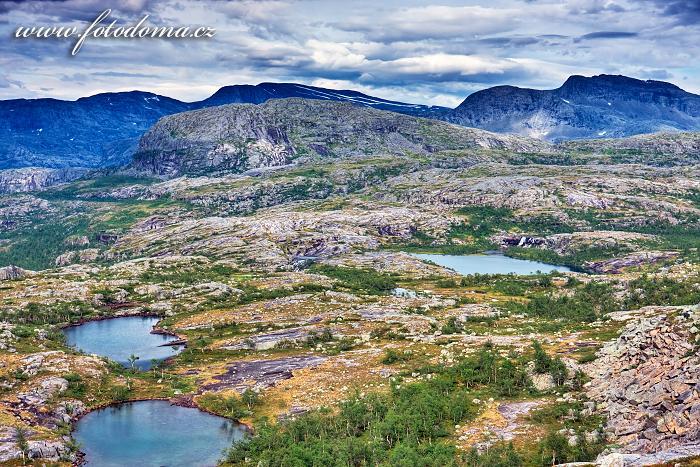 Jezírka a hora Snøtoppen, národní park Rago, kraj Nordland, Norsko