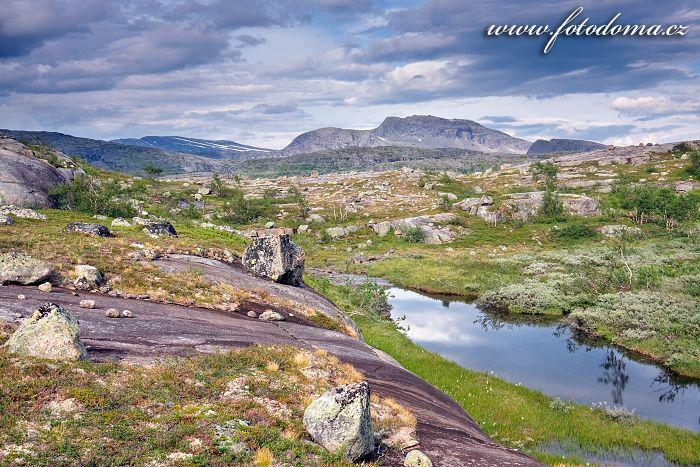 Jezírko a hora Snøtoppen, národní park Rago, kraj Nordland, Norsko
