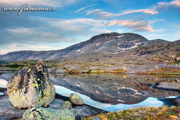 Jezírko a masiv Rágotjåhkkå, národní park Rago, kraj Nordland, Norsko