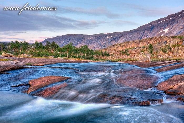 Potok na skále, národní park Rago, kraj Nordland, Norsko