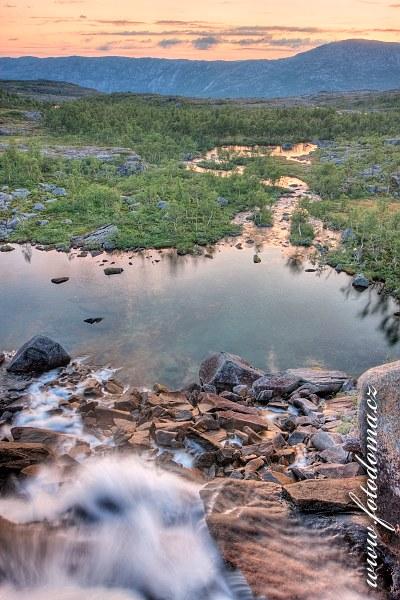 Večer nad vodopádem, národní park Rago, kraj Nordland, Norsko