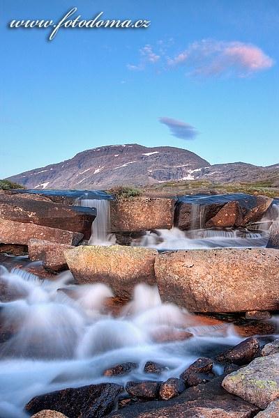 Horská bystřina a masiv Rágotjåhkkå, národní park Rago, kraj Nordland, Norsko