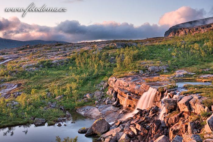 Vodopád, národní park Rago, kraj Nordland, Norsko