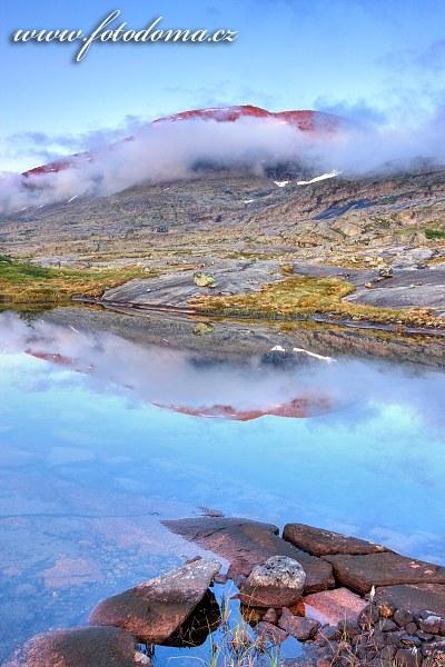 Jezírko s masivem Rágotjåhkkå, národní park Rago, kraj Nordland, Norsko