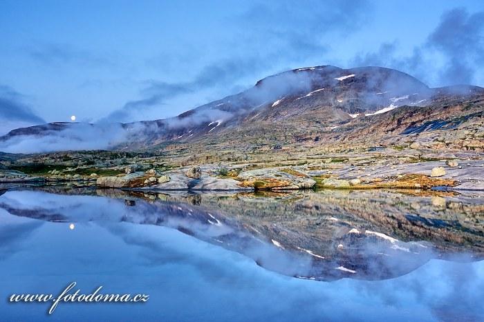 Jezírko a měsíc s masivem Rágotjåhkkå, národní park Rago, kraj Nordland, Norsko