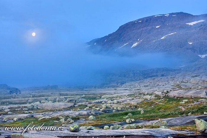 Měsíc s masivem Raga, národní park Rago, kraj Nordland, Norsko