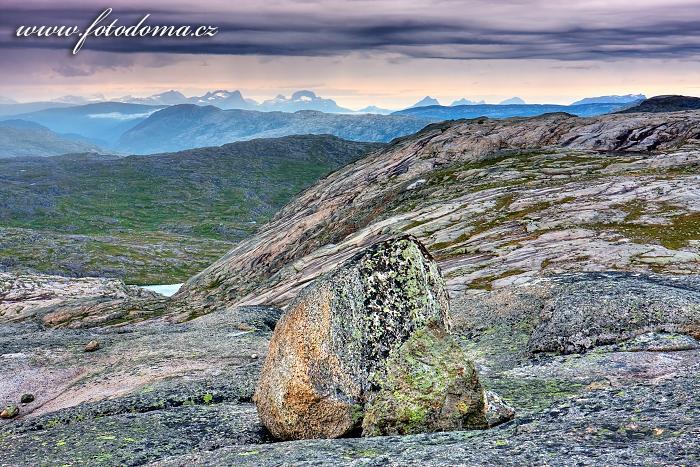 Hory západně od Bajep Tjuorvvomoajvve, národní park Rago, kraj Nordland, Norsko