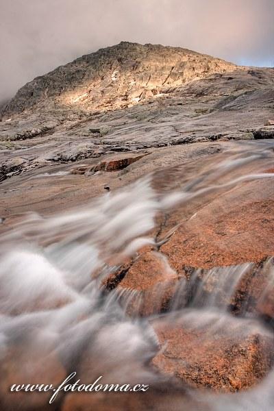 Bystřina stékající z masivu Raga, národní park Rago, kraj Nordland, Norsko