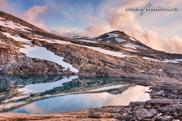 Jezero a hora Litlrago, národní park Rago, kraj Nordland, Norsko