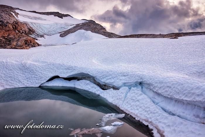 Tající ledovec poblíž vrcholu Rago, národní park Rago, kraj Nordland, Norsko