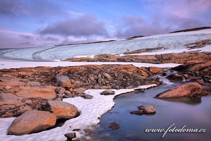Pomalu tající ledovec poblíž vrcholu Rago, národní park Rago, kraj Nordland, Norsko