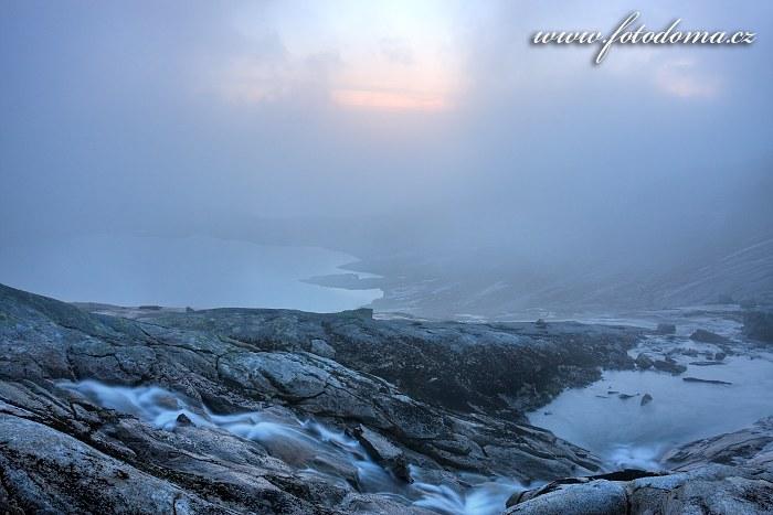 Bystřina a jezero poblíž vrcholu Rago, národní park Rago, kraj Nordland, Norsko