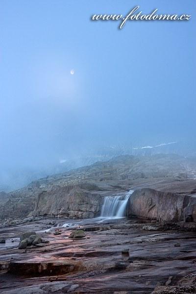 Měsíc a bystřina poblíž vrcholu Rago, národní park Rago, kraj Nordland, Norsko