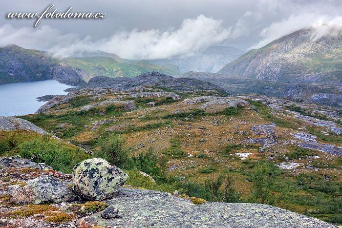Krajina s jezerem Litlverivatnet (Bassejávrre), národní park Rago, kraj Nordland, Norsko