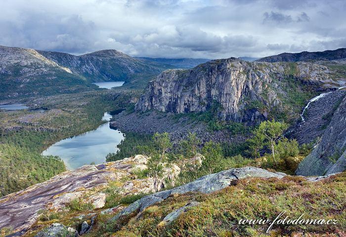 Údolí Storskogdalen s jezery Nerdresølvskarvatnan a Storskogvatnet, národní park Rago, kraj Nordland, Norsko