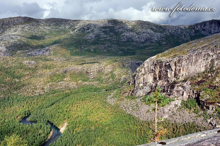Údolí Storskogdalen s řekou Storskogelva, národní park Rago, kraj Nordland, Norsko