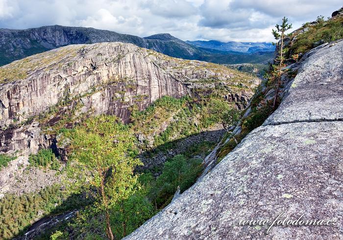 Úžlabina, jíž odtéká potok z jezera Nerdresølvskarvatnan, národní park Rago, kraj Nordland, Norsko