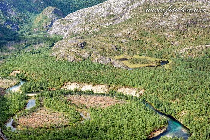 Údolí Storskogdalen s meandrující řekou Storskogelva, národní park Rago, kraj Nordland, Norsko