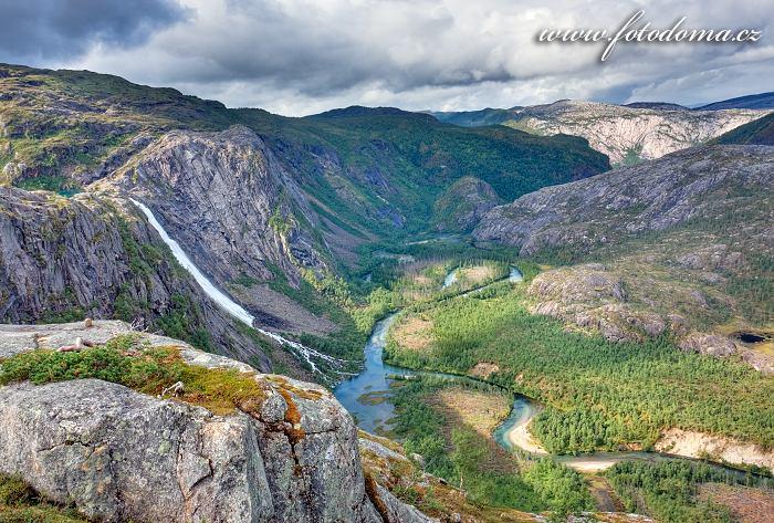 Údolí Storskogdalen s vodopádem Litlverivassforsen a řekou Storskogelva, národní park Rago, kraj Nordland, Norsko
