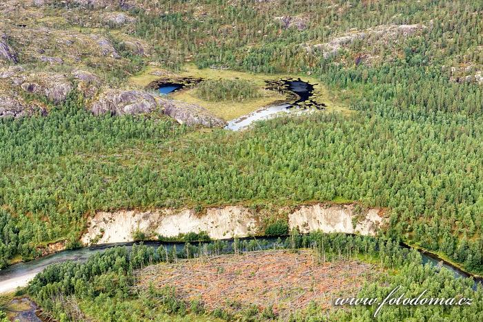 Srdce údolí Storskogdalen s řekou Storskogelva, národní park Rago, kraj Nordland, Norsko