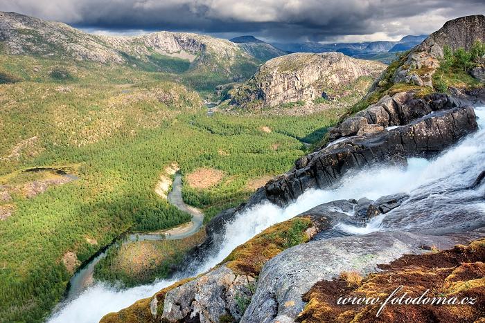 Údolí Storskogdalen s vodopádem Litlverivassforsen a řekou Storskogelva, kraj Nordland, Norsko
