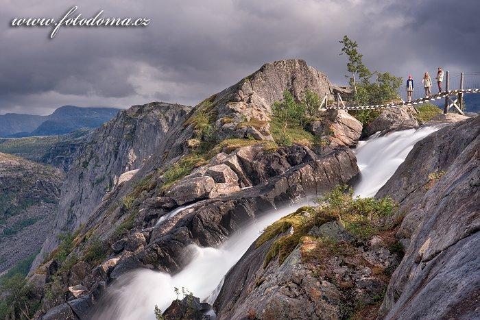 Vodopád Litlverivassforsen s našimi maličkostmi, kraj Nordland, Norsko