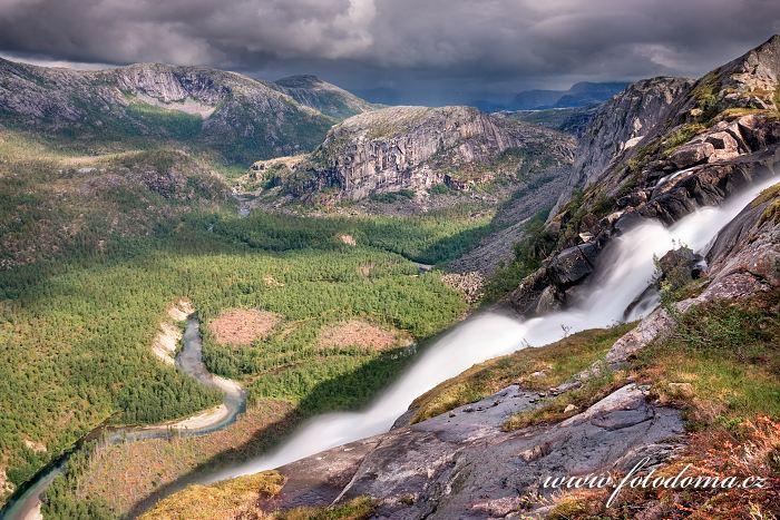 Údolí Storskogdalen s vodopádem Litlverivassforsen a řekou Storskogelva v národním parku Rago, Norsko