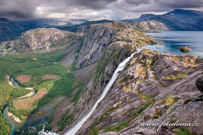 Vodopád Litlverivassforsen a jezero Litlverivatnet (Bassejávrre), kraj Nordland, Norsko