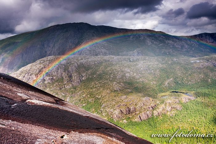 Duha nad údolím Storskogdalen, kraj Nordland, Norsko