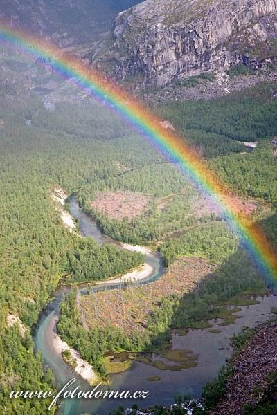 Duha nad údolím Storskogdalen a řekou Storskogelva, kraj Nordland, Norsko
