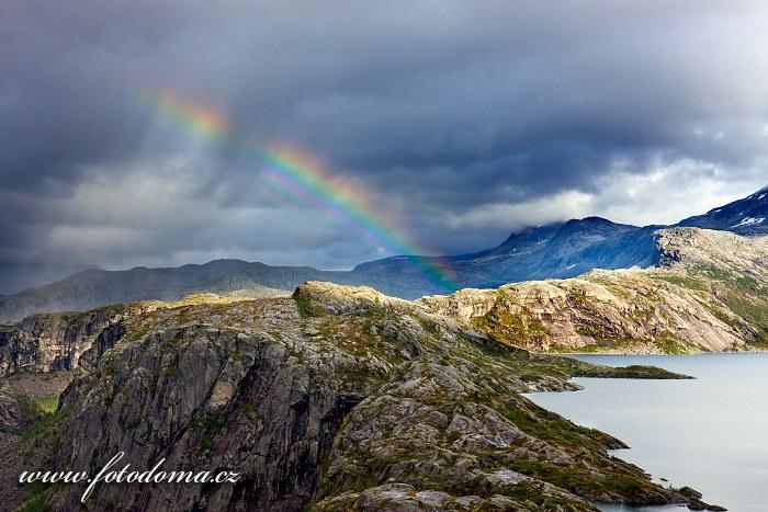Duha nad jezerem Litlverivatnet (Bassejávrre) v národním parku Rago, kraj Nordland, Norsko